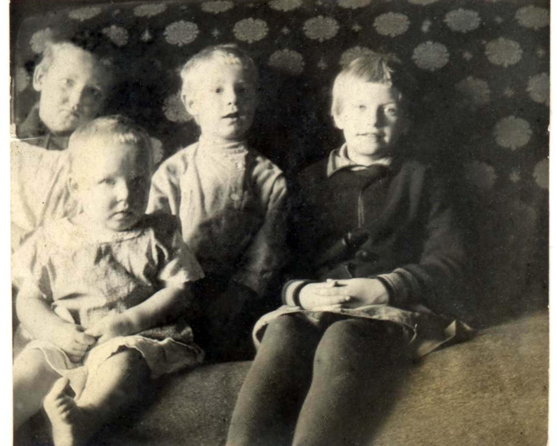 20. Дети из квартиры №371 корпуса №9 по 1-ой Дубровской улице в Москве 1929 года