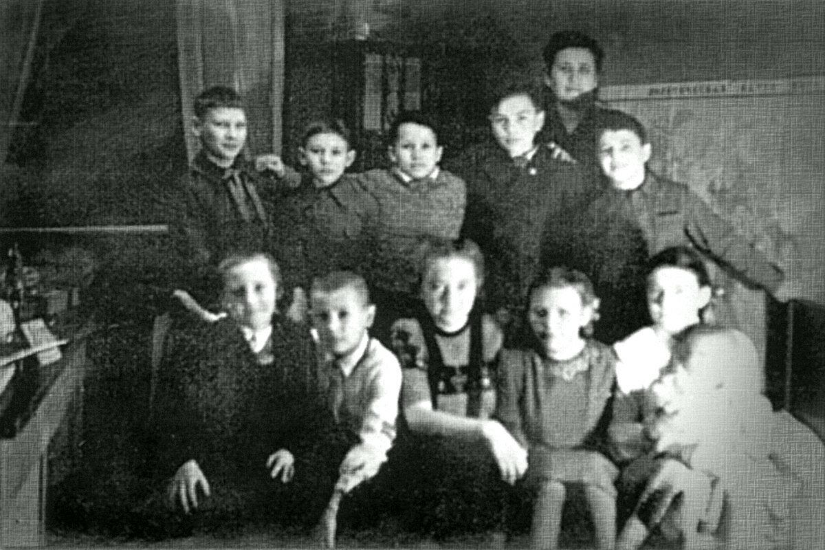 1947. Володя Высоцкий (первый ряд слева) в компании на праздновании дня рождения приятеля В.Свищёва в Эберсвальде