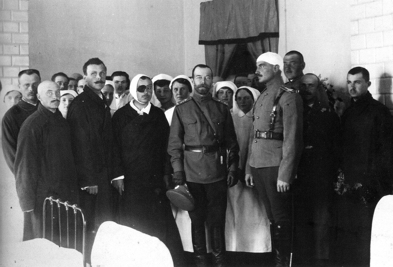 Николай II среди раненых офицерского лазарета Красного Креста, врачей и сестер милосердия. Март 1915 года