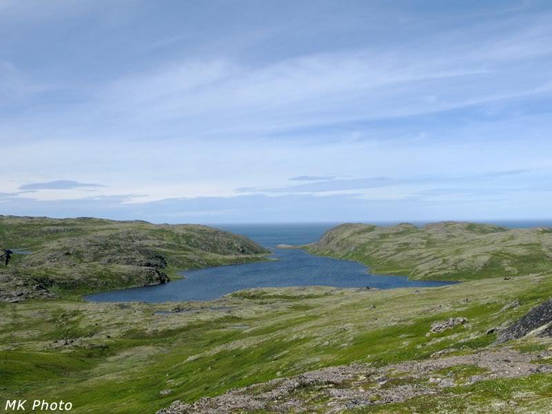 На самом деле между озером и морем около километра