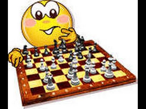 День шахмат. Смайлик перед шахматной доской