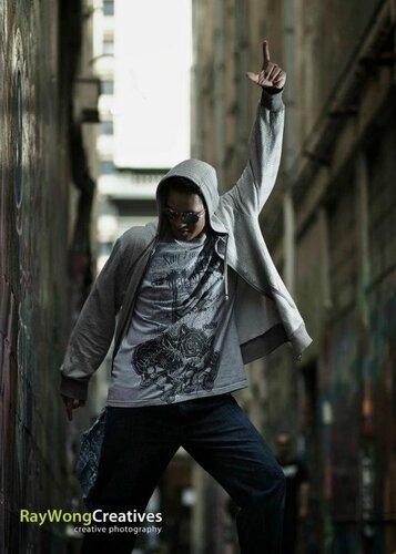 Танцор на улице