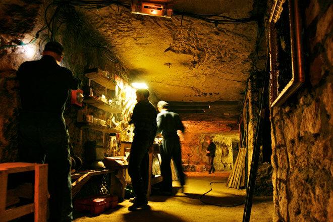Таинственная группа хакеров-художников бродит по сети туннелей подземного Парижа, тайно реставрируя заброшенные сокровища города.<br ></img>Фотография: UX