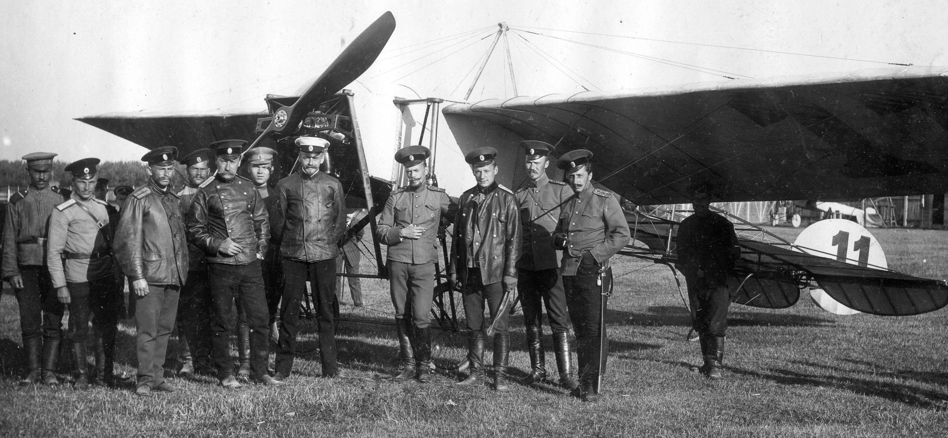 "У самолета ""Блерио"" лейтенанта флота барона Г.О.Буксгевдена."