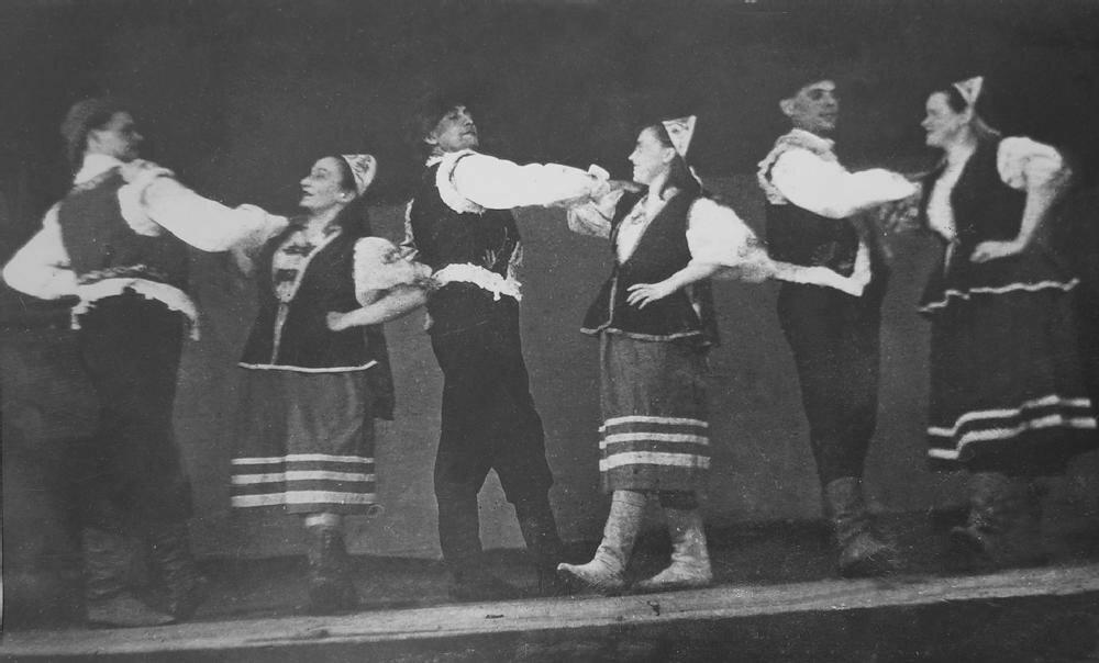 Выступление танцевального коллектива художественной самодеятельности Промысла № 2. Ухтижемлаг (ОЛП № 10), 1940