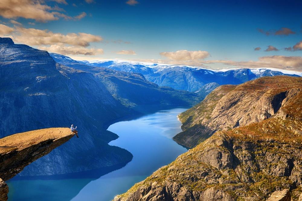 Язык Тролля— каменный выступ нагоре Скьеггедаль, возвышающийся над озером Рингедалсватн навысоте