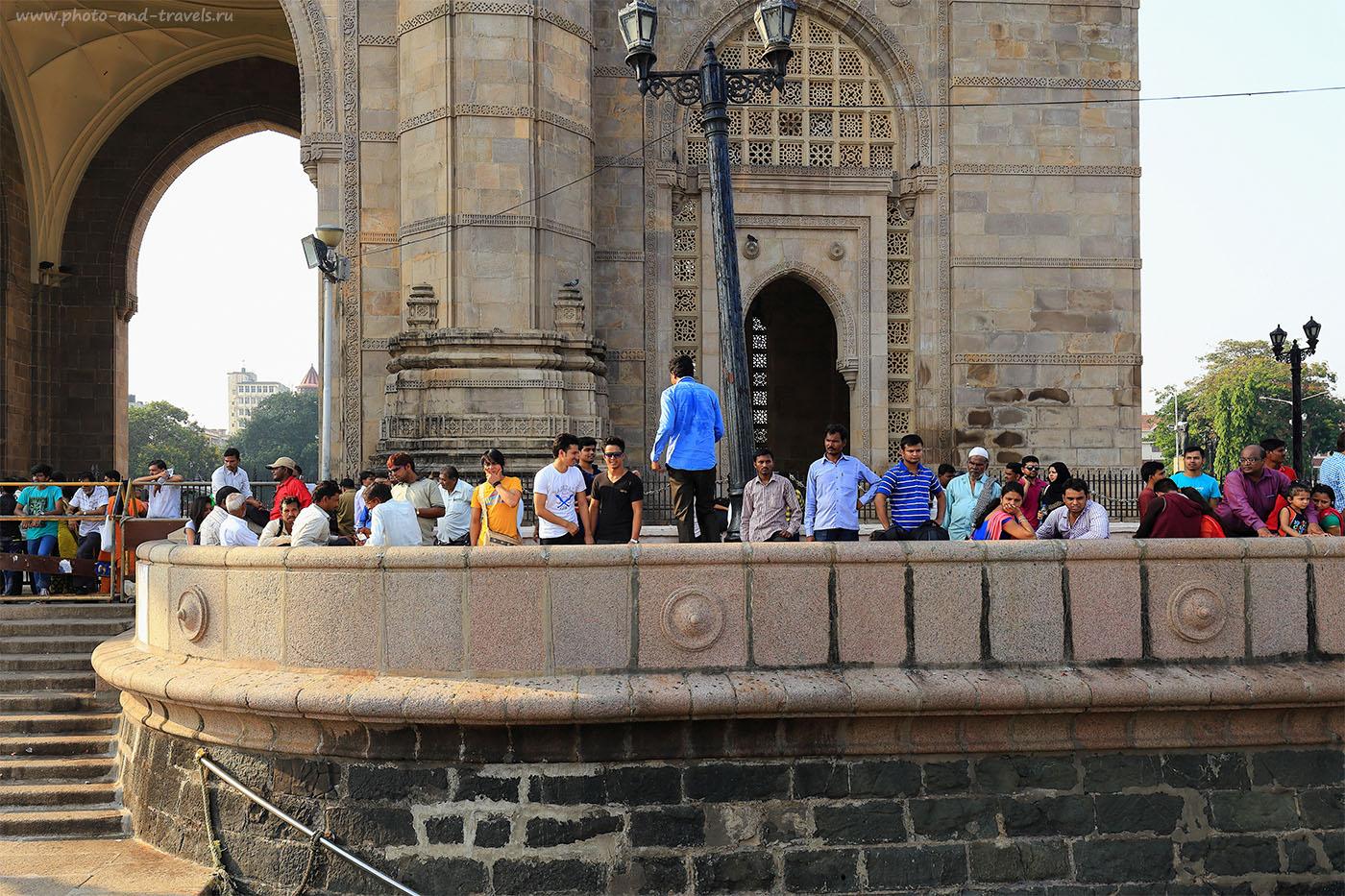 """24. Праздные зеваки у арки """"Ворота в Индию"""". Из Гоа в Мумбаи можно легко добраться на поезде и посмотреть такие интересные достопримечательности (24-70, 1/60, 0eV, f9, 28 mm, ISO 100)"""