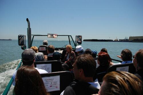 Туристическая машина-амфибия в заливе