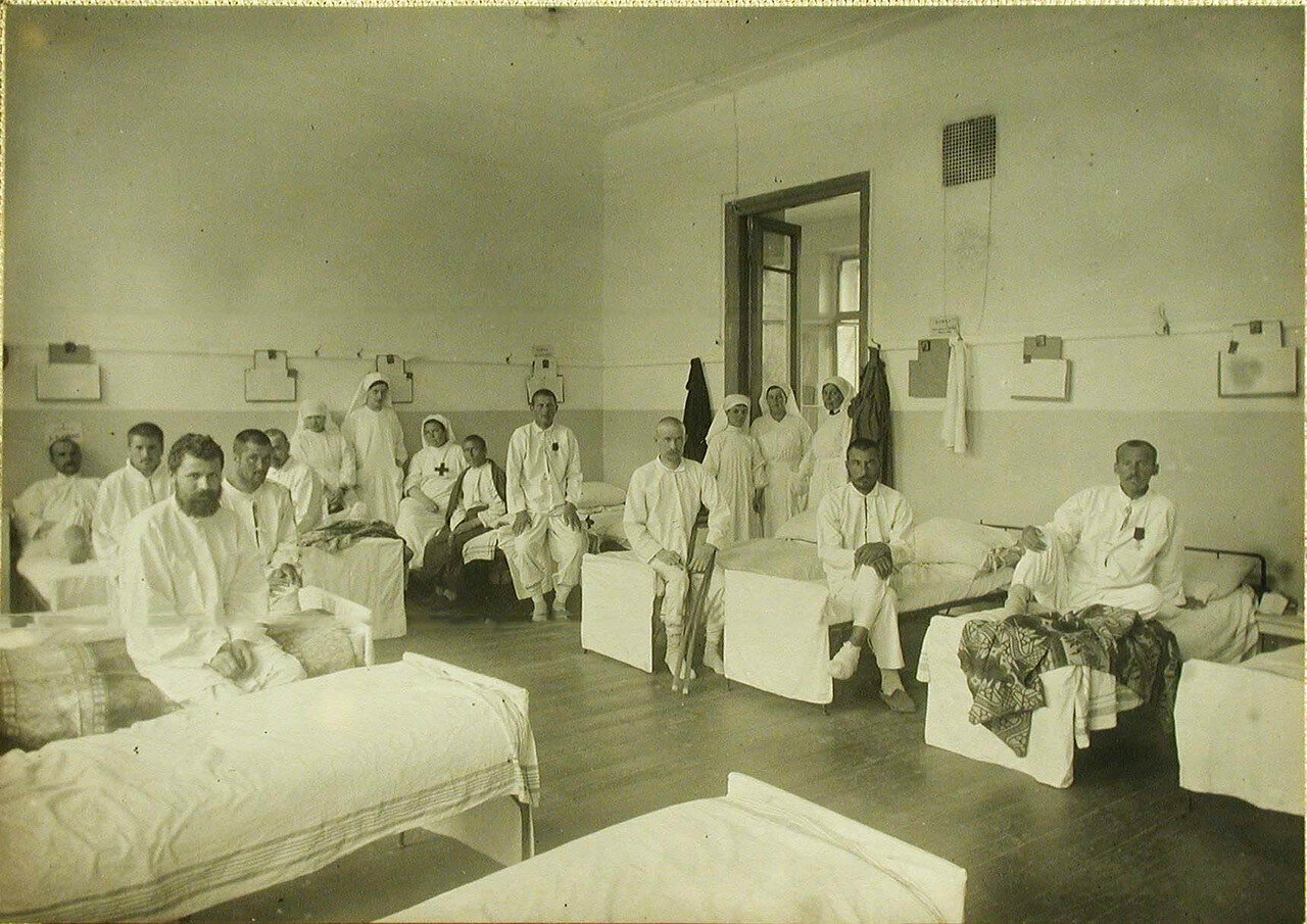 13. Сестры милосердия и раненые в палате №6