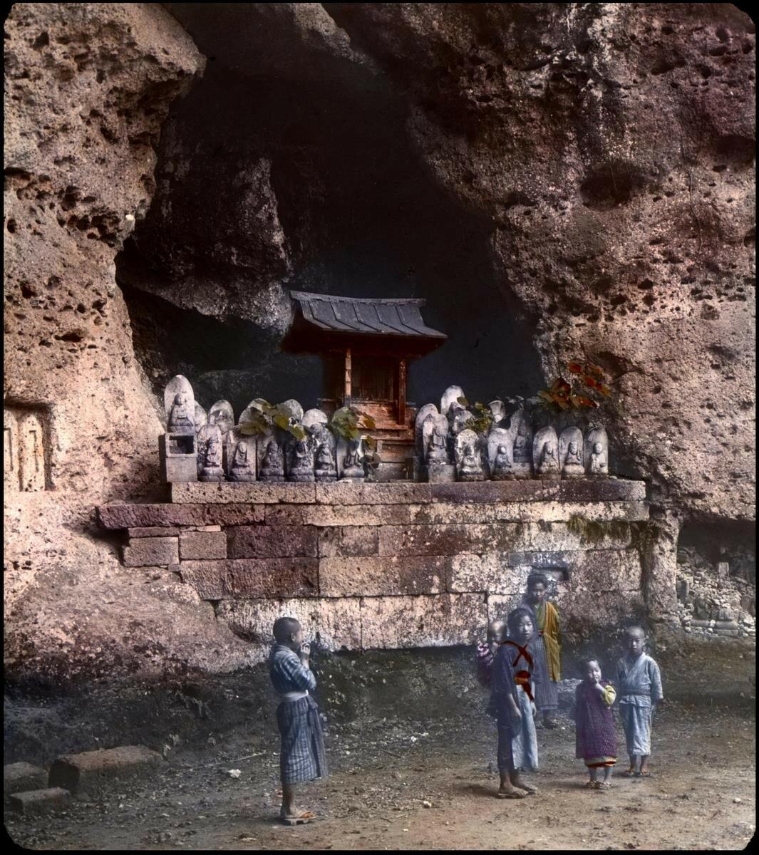 Каменные изображения Дзидзо, покровителя детей и путников