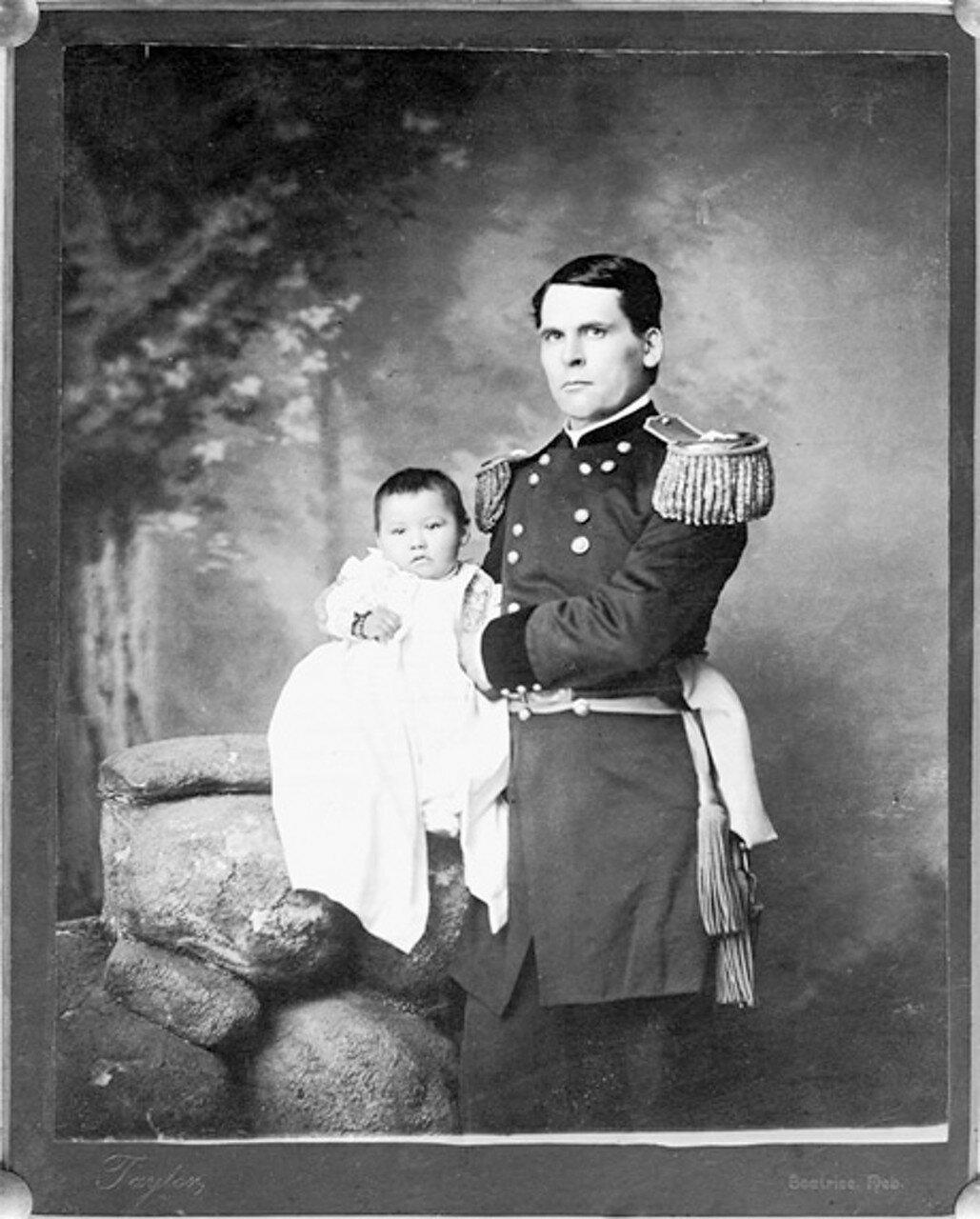 1890. Генерал Л. У. Колби  с девочкой Зинткала Нуни (Потерянная Птичка), найденной на поле боя
