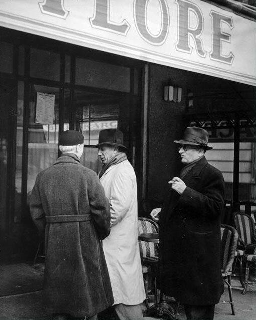 1939. Пабло Пикассо, Жорж Брак и Хайме Сабартес перед кафе де Флор, Париж