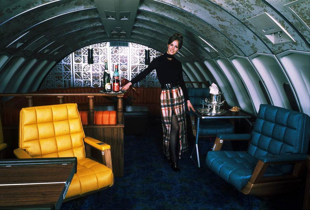 Стюардесса «United Airlines» в самолете «Boeing 747» в начале 70-ых.jpg