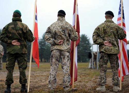 флаги стран воинских соединений: Норвегия, Латвия, США