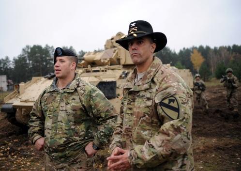 В ковбойской шляпе - полковник бронетанковой роты 1-й кавалерийской дивизии армии США Джон Диджиамбаттиста.