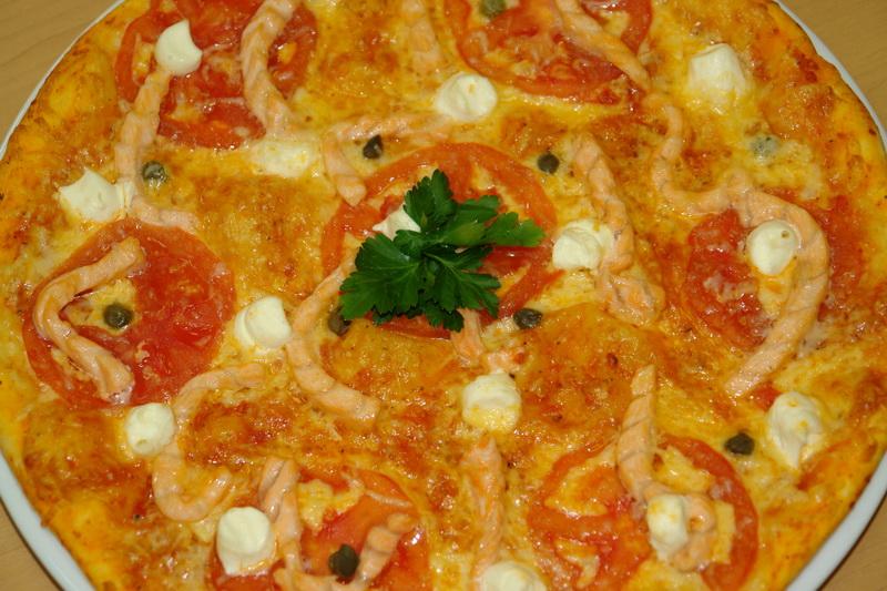 Пицца с лососем и сыром