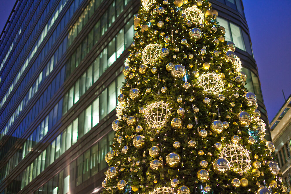 Новогодняя ёлка около бизнес-центра «Белая площадь»