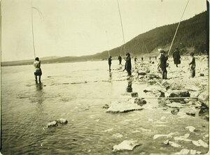 Местные жители за ловлей рыбы. Забайкальская обл. Маритуй ст.