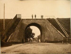 Местные жители на мосту над каменной трубой. Гродно ст.