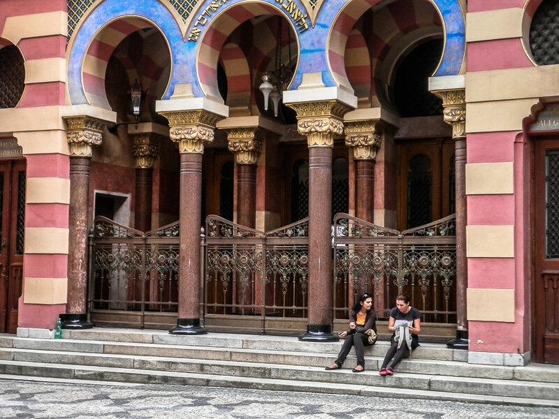 На ступенях синагоги