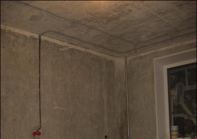 За подвесными потолками