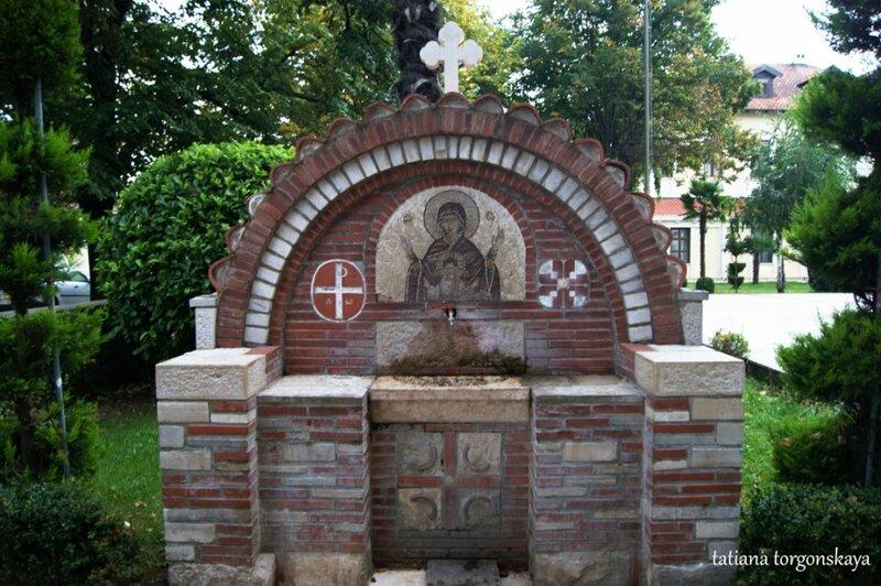 Фонтанчик с питьевой водой рядом с храмом