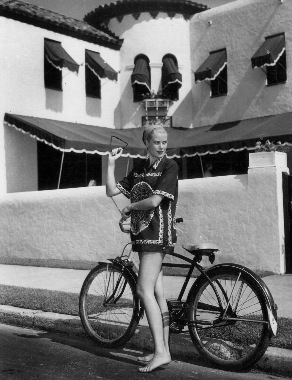 Grace Kelly pieds nus avec son velo au bord de la route a Los Angeles en 1953 -- Grace Kelly barefoot with a bike in Los Angeles in 1953