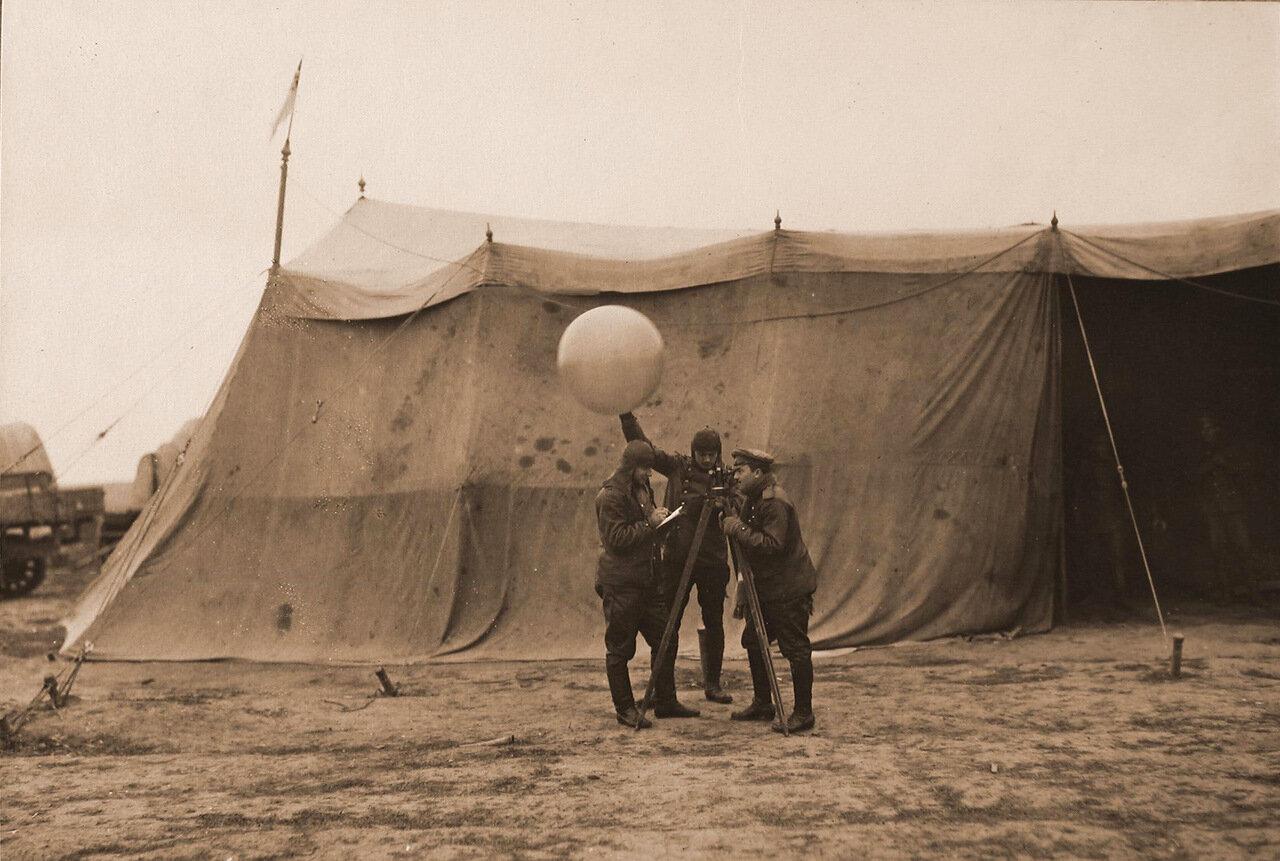 16.  Группа военных перед запуском шара-пилота, наполненного водородом.1915 Волынская губ., район г. Ровно