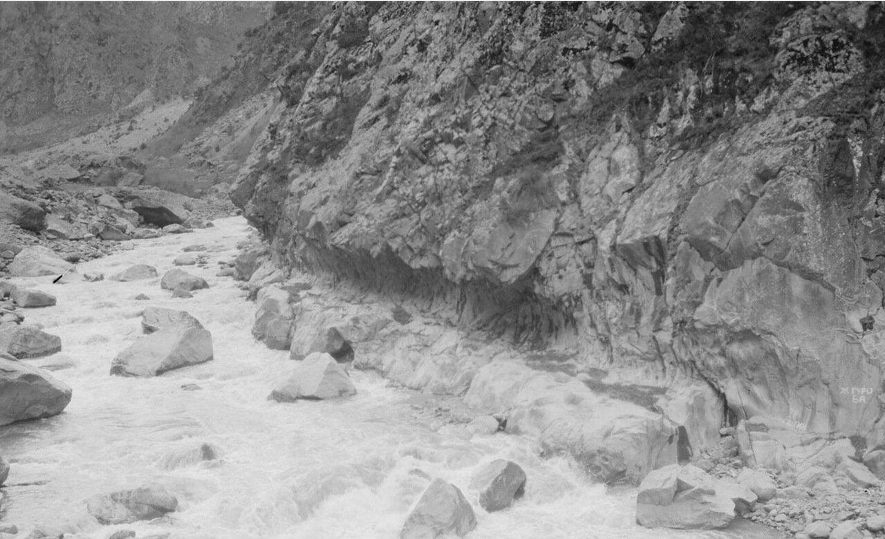 Дарьяльское ущелье. Горный поток