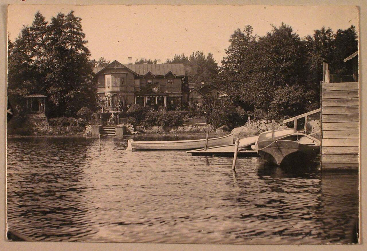 41. Вид жилого дома на берегу озера в дачной местности Пикруки; справа - лодочный причал