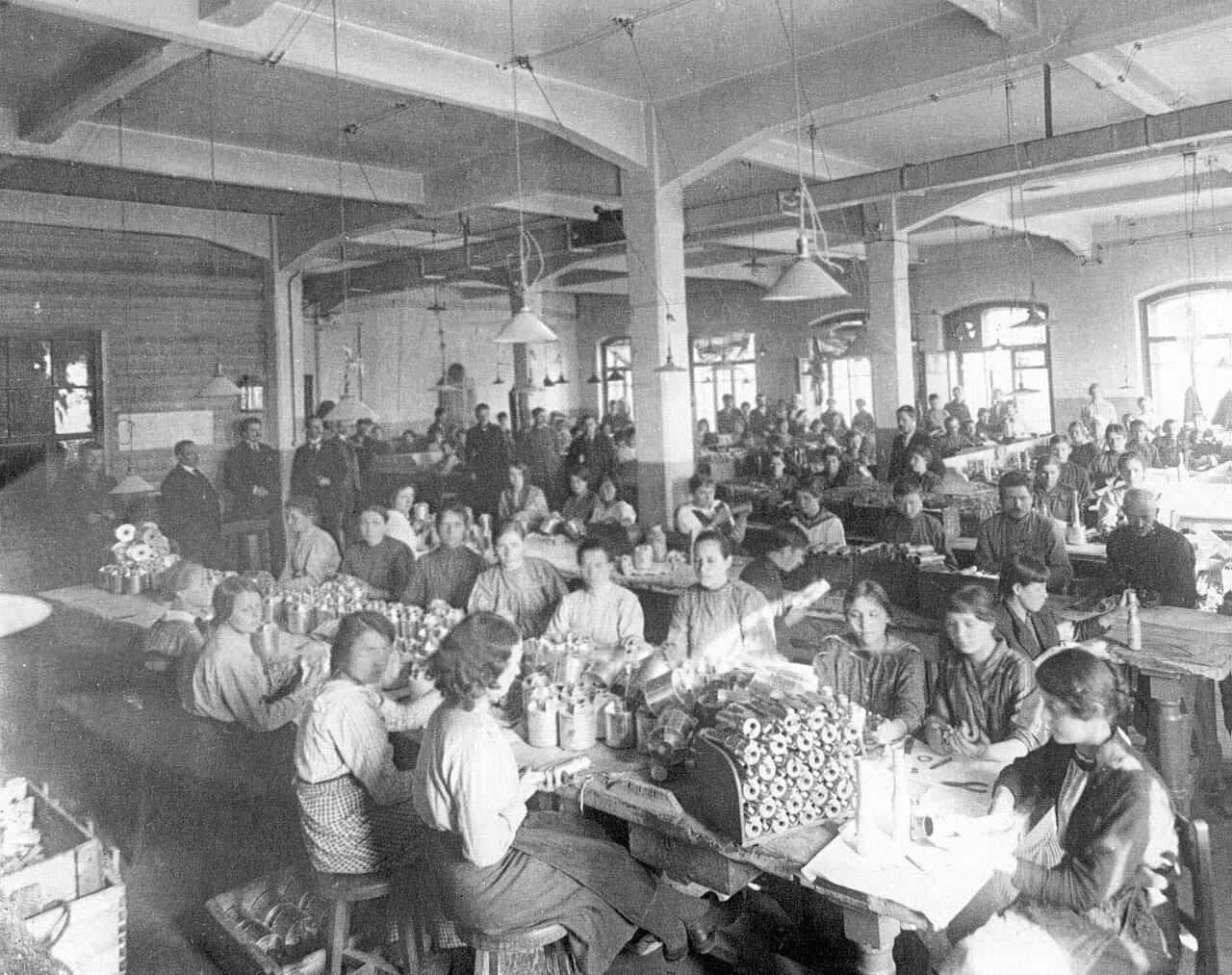 13. Рабочие фабрики за изготовлением гранат. 1916