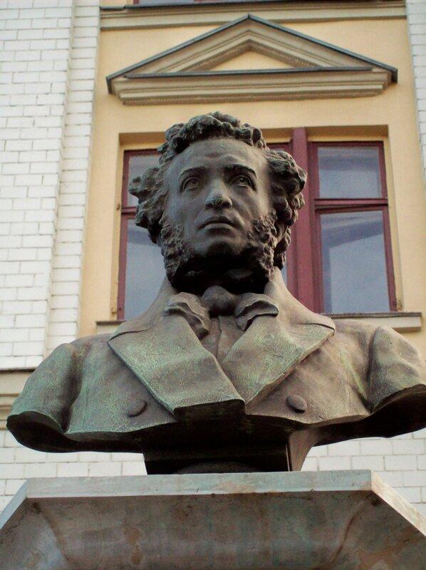 Памятник Пушкину на площади Славы