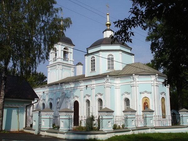Здесь ранее существовала деревянная Богородичная церковь, разрушенная польско-литовскими интервентами в начале XVII...