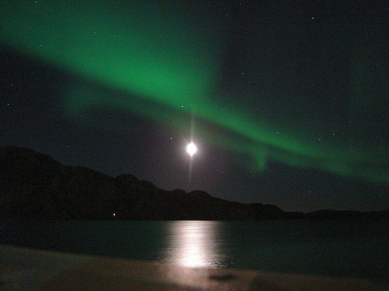Северное сияние. Лунная дорожка