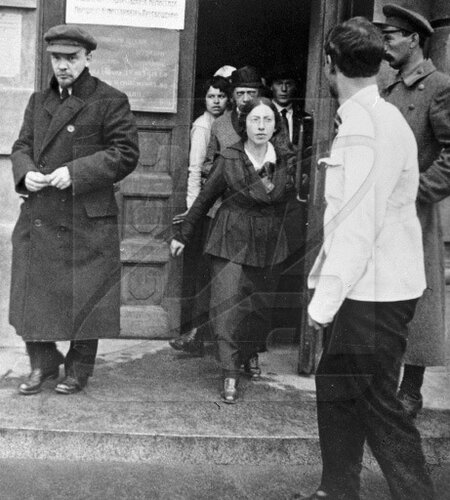Ленин выходит с заседания съезда