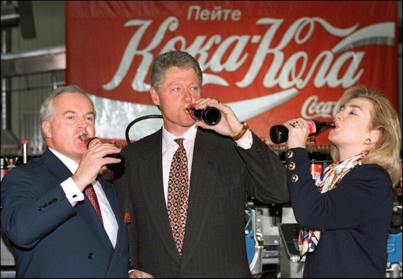 Bill and Hillary Clinton drinking Coca Cola in Moscow May 11, 1995.jpg