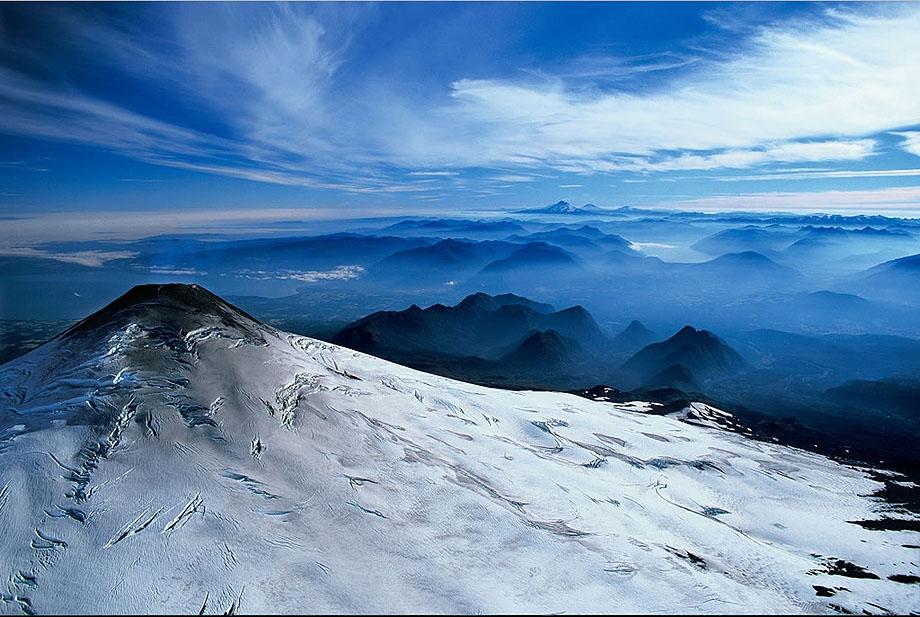 1. Заснеженные вершины вулкана Вилларика в Чили.