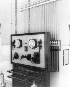 Распределительный щит для зарядки аккумуляторов на заводе общества русских аккумуляторных заводов Тюдор.