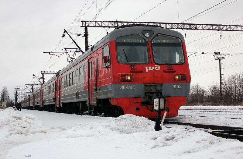 ЭД4МК-0102 на станции Савёлово, вид на Калязин
