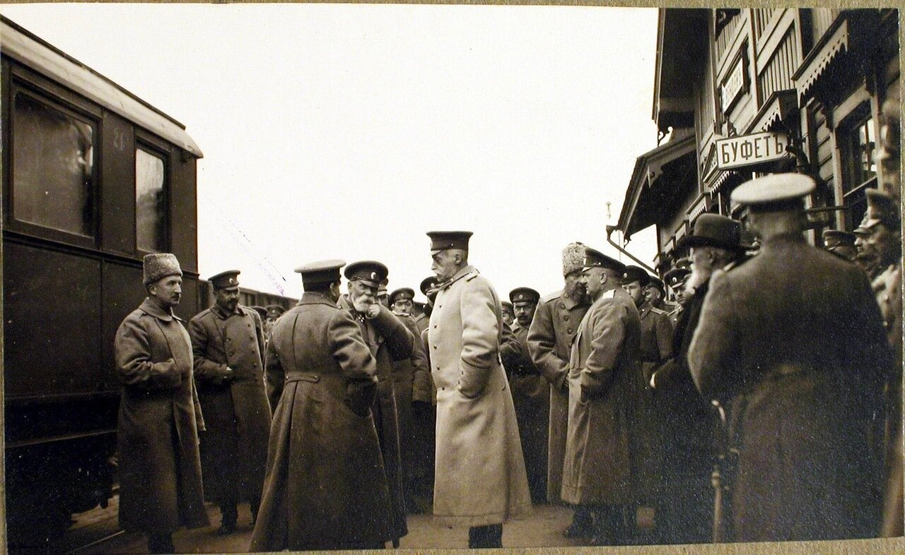 05. Командующий XII армией генерал от инфантерии В. Н. Горбатовский (в центре) в группе офицеров на перроне станции