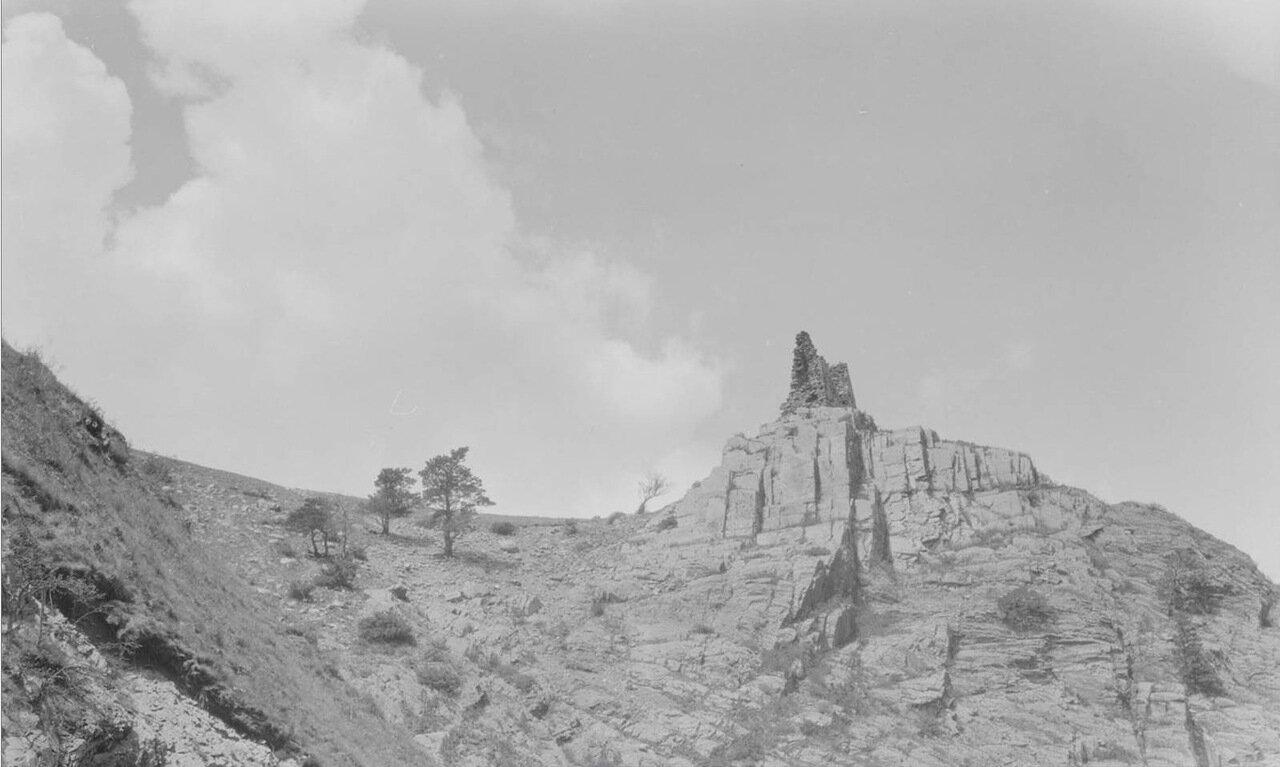 Дарьяльское ущелье. Развалина на скале