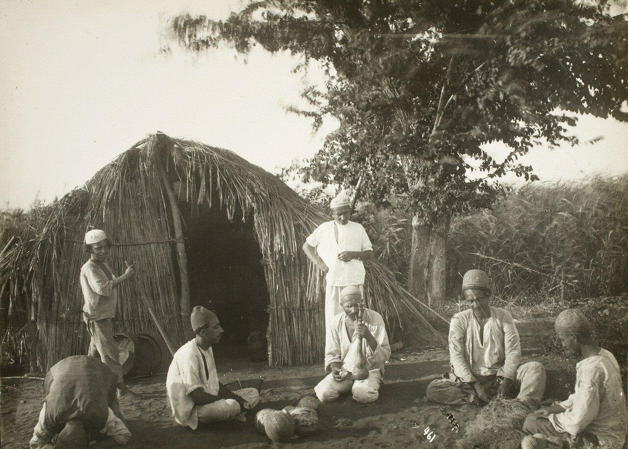 Мужчины за пределами хижины