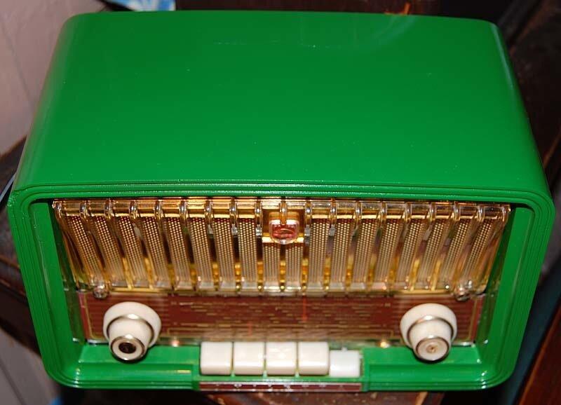 Филипс. самый маленький ламповый приемник. Реставрация проведена в Германии. Отлично играет на УКВ. Зеленый, нарядный и светится как новогодняя ёлка!