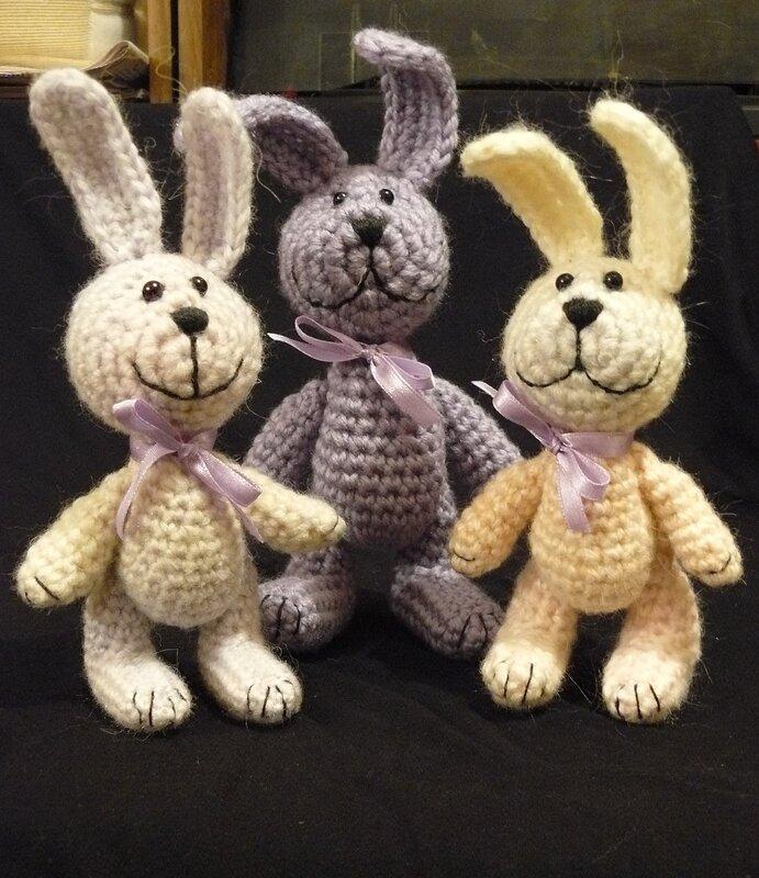 У всех зайцев подвижные лапки.  Вяжу игрушки без схем и описаний.  Просто очень давно занимаюсь этим (а.