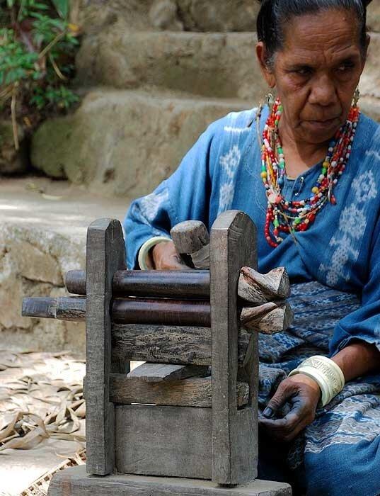 Изготовление иката и тенуна (Флорес)