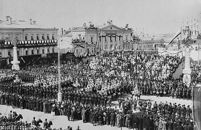 кортеж участников торжеств проезжает по Страстной (Пушкинской) площади