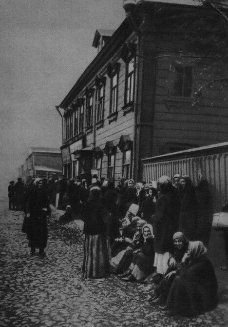 Очередь у продовольственной лавки. 1917 г.
