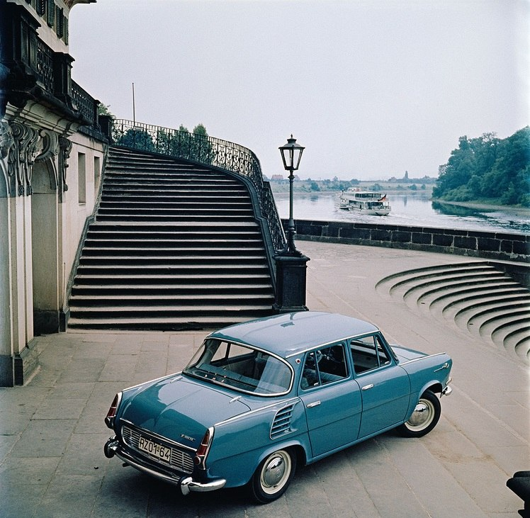 1964 Kurt Schwarzer, Der neue Skoda 1000MB vor Schloss Pillnitz.jpg