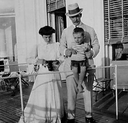 Матильда Кшесинская и Великий князь Андрей Владимирович с сыном Влади.jpg