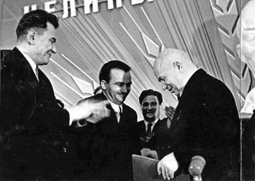 Приезд Генсекретаря ЦК КПСС Хрущева в Кустанайскую область, 13 сентября 1964 года.  На фото Кунаев, Хрущев